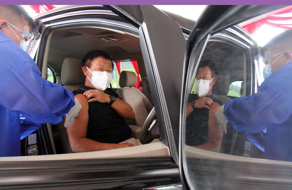 Nampak sejumlah petugas kesehatan tengah melaksanakan kegiatan vaksin di Pos Pelayanan Vaksinasi Drive Thru yang berlokasi di West One City Cengkareng Jakarta Barat,Rabu 10 Maret 2021. Foto: Panji Asmoro/TrenAsia\n