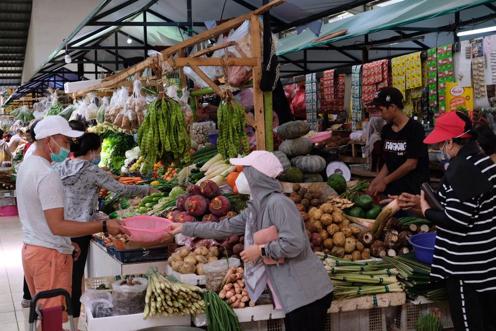 Warga berbelanja di los sayur dan buah  di Pasar Bersih Sentul City, Sentul, Kabupaten Bogor, Jawa Barat, Senin, 15 Maret 2021. Foto: Ismail Pohan/TrenAsia\n
