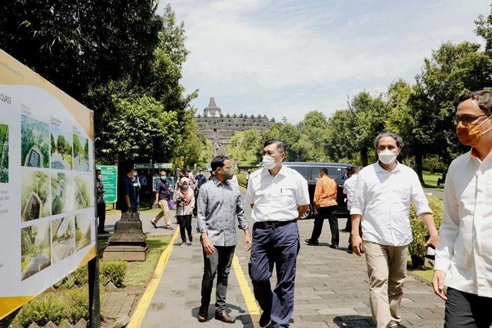 Menkomarves Luhut Binsar Pandjaitan dan Mendikbud Nadiem Makarim saat mengunjungi destinasi wisata Candi Borobudur di Magelang, Jawa Tengah / Dok. Kemenkomarves\n