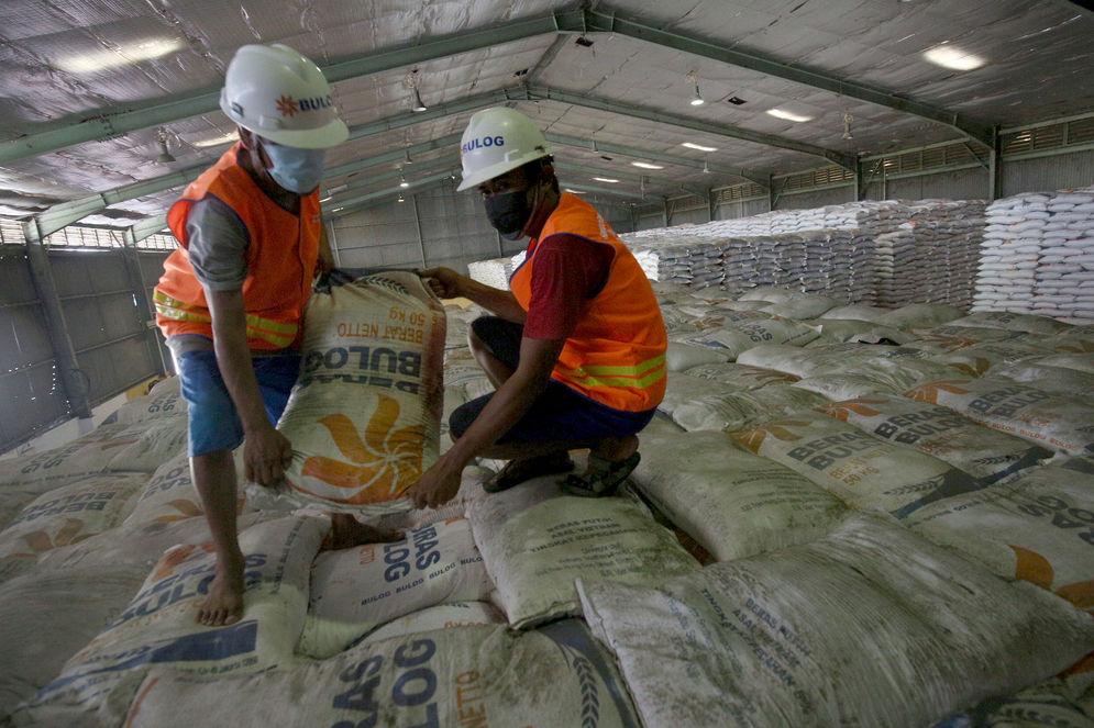 Pekerja menata stok beras di Gudang Bulog Kanwil DKI dan Banten, Kelapa Gading, Jakarta, Kamis, 18 Maret 2021. Foto: Ismail Pohan/TrenAsia\n