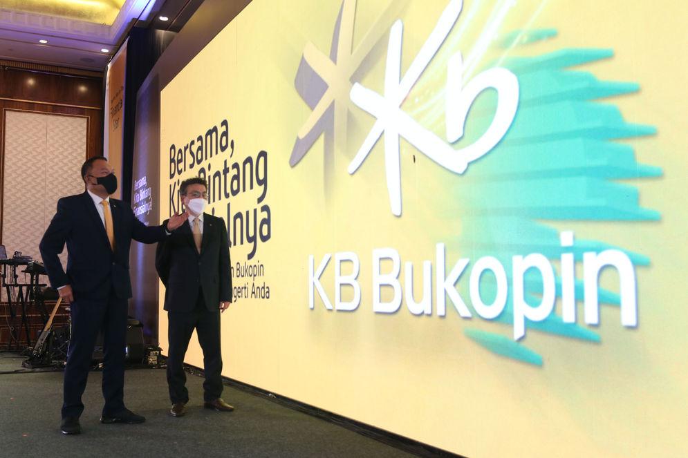 President Director PT Bank KB Bukopin Tbk. Rivan A. Purwantono berbincang dengan Chief Strategic Officer Ji Kyu Jang saat peluncuran logo dan nama baru Bank KB Bukopin,Rabu 10 Maret 2021. Foto : Panji Asmoro/TrenAsia\n