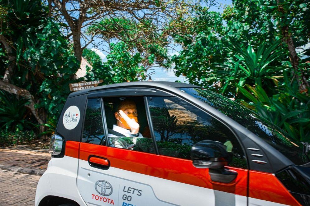 Menperin Agus Gumiwang saat mencoba mobil listrik Toyota di Bali / Kemenperin.go.id\n