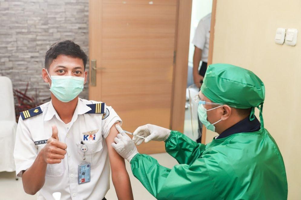 Seorang karyawan PT KAI tengah menjalani vaksinasi COVID-19 (Dokumentasi kementerian BUMN)\n