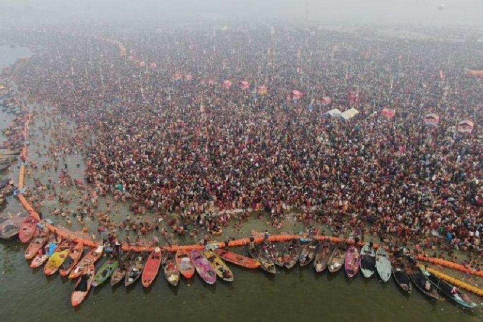 Umat Hindu India berendam di perairan suci di Sangam, yang merupakan pertemuan Sungai Gangga, Yamuna dan sungai Saraswati, pada berlangsungnya Festival Kumbh Mela. / AFP\n