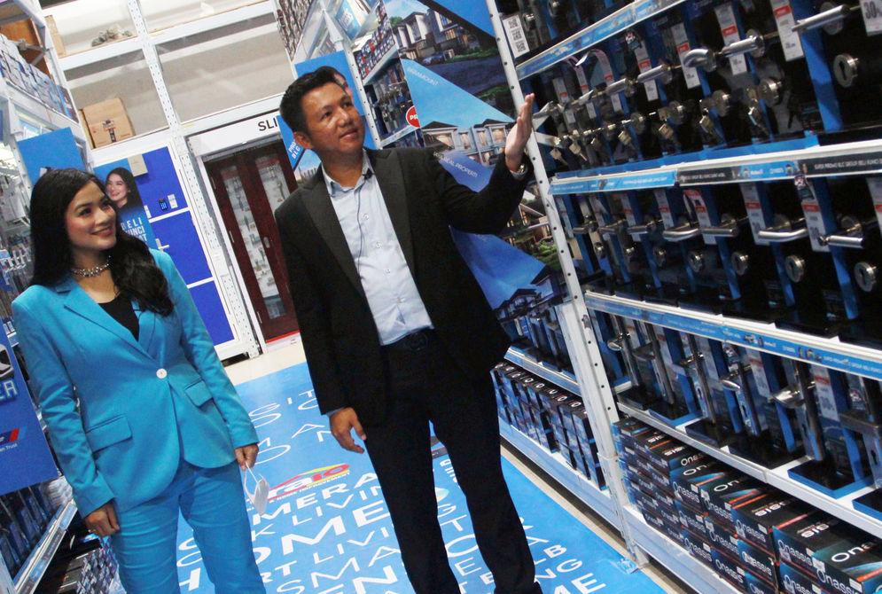 Chief Marketing Officer (CMO) Onassis Bellucci Group Afret Handoko Tenny bersama  Brand Ambassador Onassis Bellucci Group Titi Kamal berbincang disela peluncuran Onassis Smart Living di kawasan BSD City , Rabu 7 April 2021. Foto : Panji Asmoro/TrenAsia\n