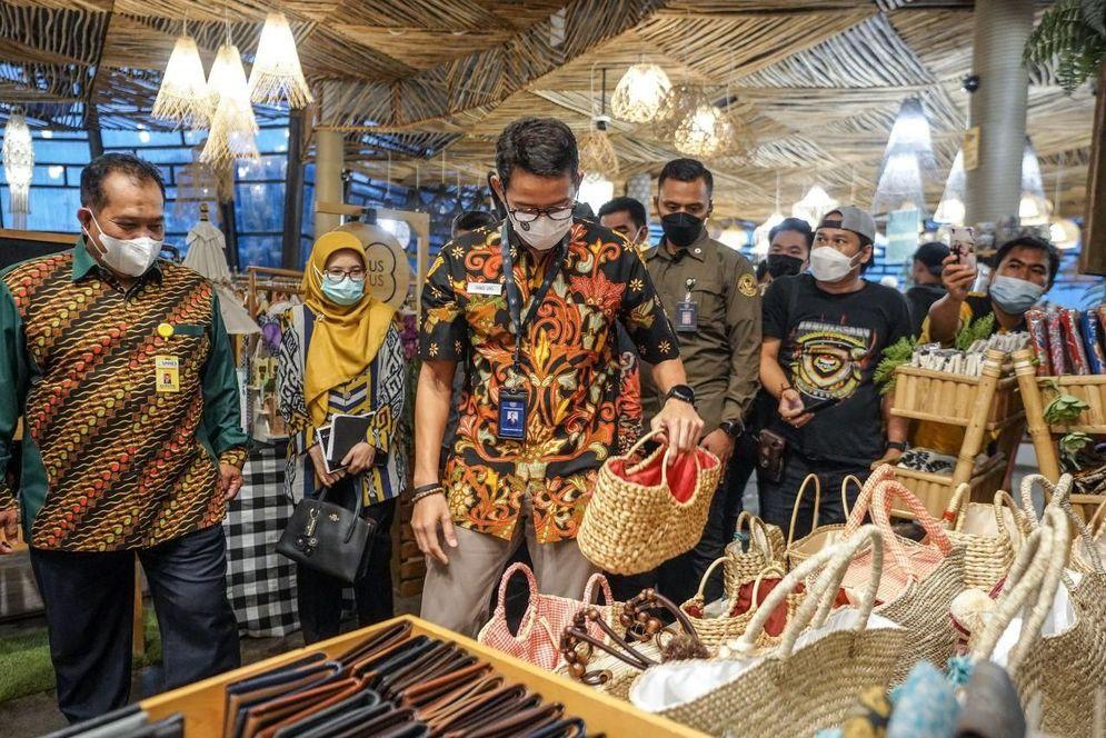 Menteri Pariwisata dan Ekonomi Kreatif Sandiaga Uno ketika melihat produk-produk buatan warga Desa Wisata Sembilir, Bawen, Jawa Tengah. (dok. Kemenparekraf)\n
