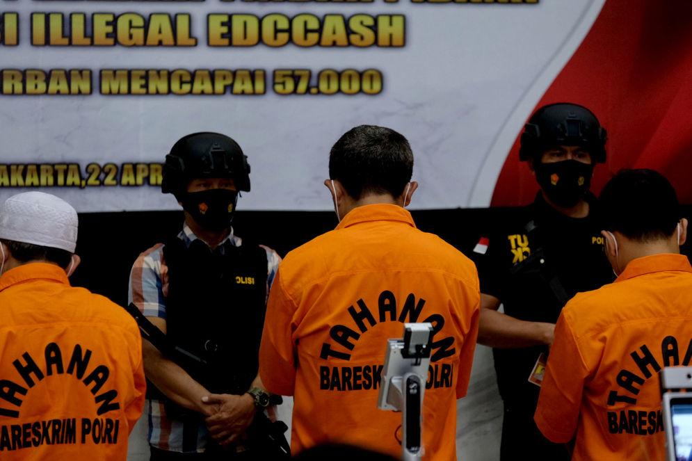 Sejumlah tersangka dihadirkan saat rilis  kasus investasi ilegal E-Dinar Coin (EDC Cash) di Bareskrim Polri, Jakarta, Kamis, 22 April 2021. Foto: Ismail Pohan/TrenAsia\n