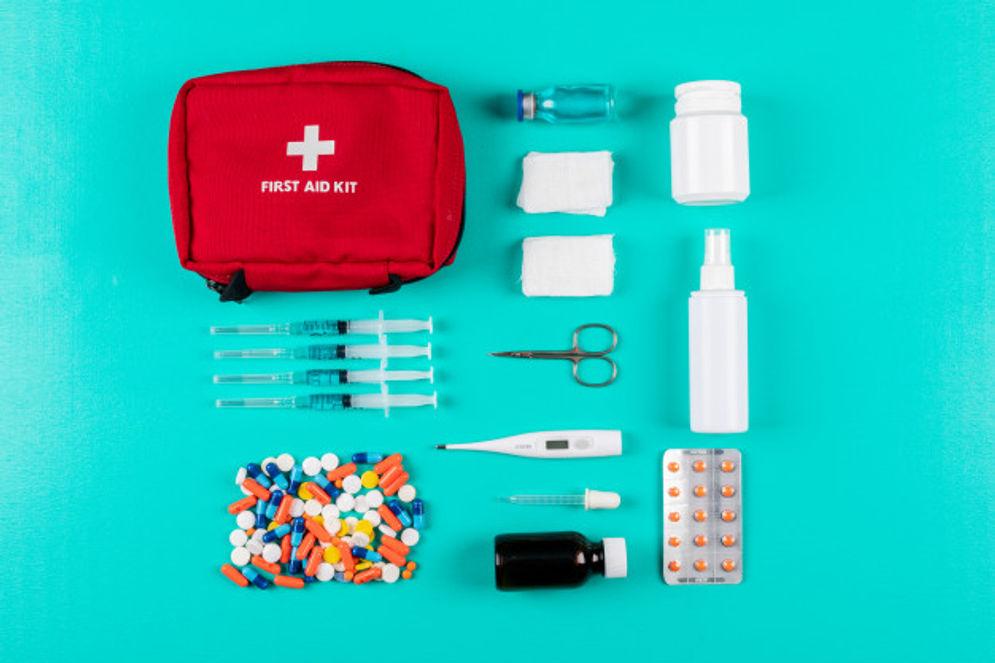 Isi tas siaga bencana yang harus dipersiapkan termasuk first aid kit\n