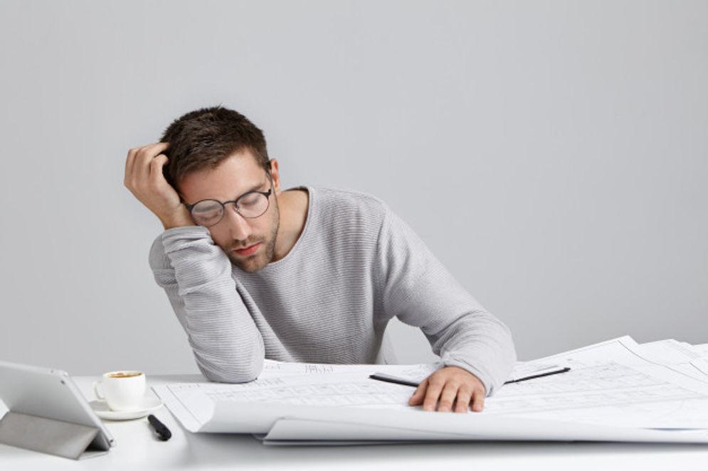 Ilustrasi pria sedang lelah, lesu dan lemas saat bekerja/freepik.com/wayhomestudio\n