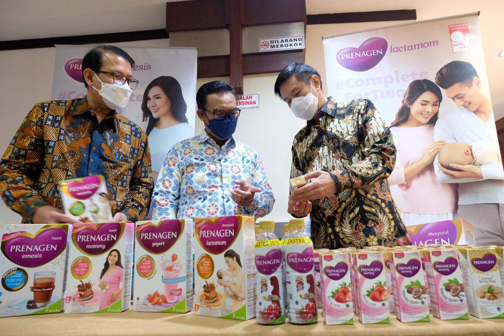 """Kepala Badan Kependudukan dan Keluarga Berencana Nasional (BKKBN) Hasto Wardoyo (tengah) berbincang dengan President Director KALBE Nutritionals Ongkie Tedjasurja (kanan) dan Direktur Utama PT Medika Komunika Teknologi (Klikdokter) Dino Bramanto (kiri) saat acara """"Smart Sharing : Program Kerja Sama Penurunan Angka Stunting di Indonesia"""" di Jakarta, Selasa, 4 Mei 2021. Foto: Ismail Pohan/TrenAsia\n"""