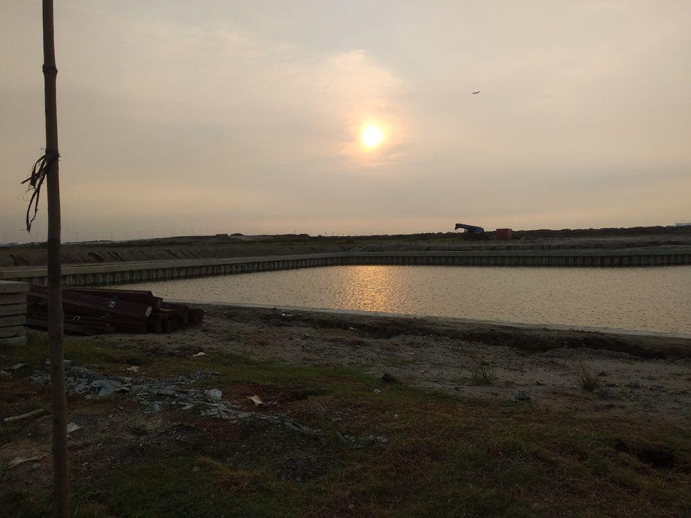 Danau buatan yang masih dibangun di kawasan Pantai Kita. (Foto: Reza Pahlevi/TrenAsia.com)\n