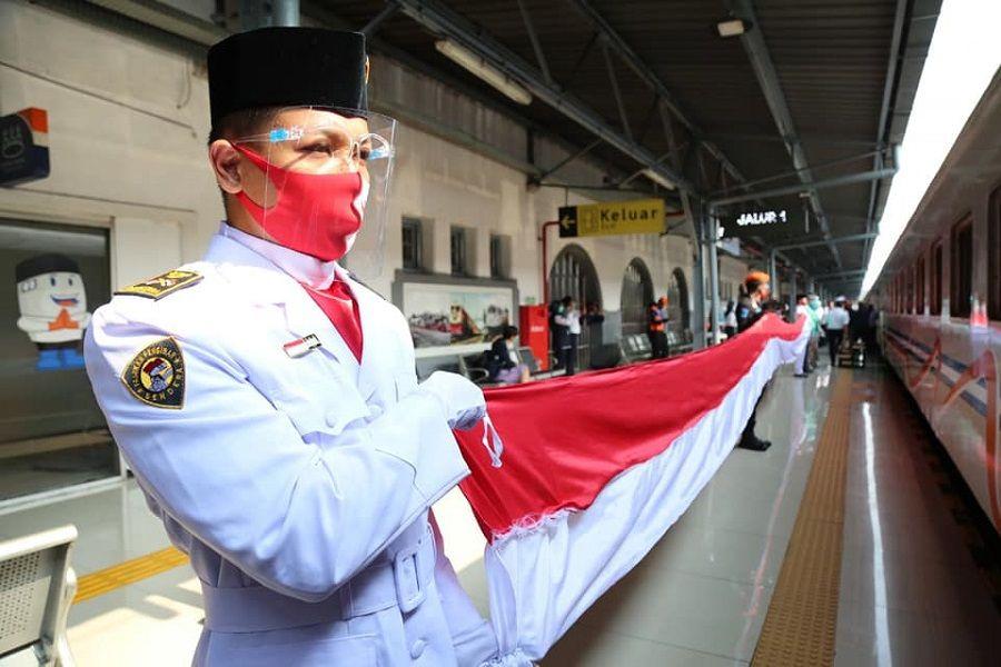 PT KAI Kibarkan Merah Putih Raksasa dan Putar Lagu Kebangsaan di Kereta