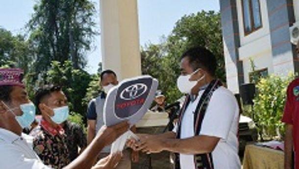 Bupati  Edi Endi Serahkan Delapan Unit Mobil Hilux Kepada BUMDes Di Manggarai Barat