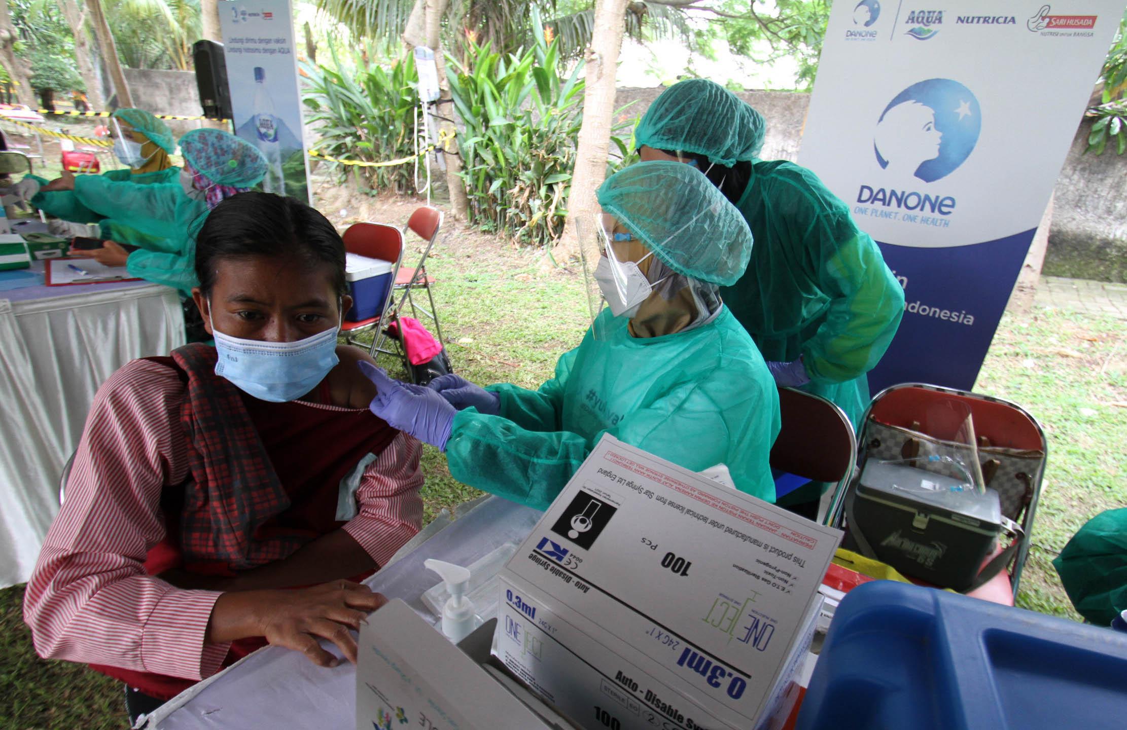 Danone Indonesia Gelar Sentra Vaksinasi Untuk Pemulung TPA Rawa Kucing