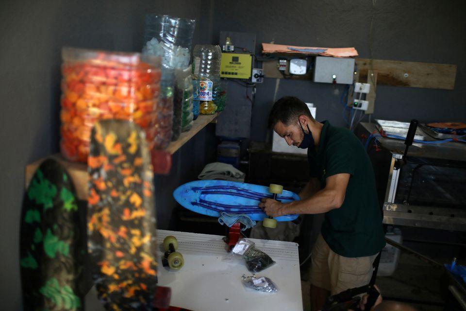 Keren, Membuat Skateboard dari 500 Tutup Botol Plastik