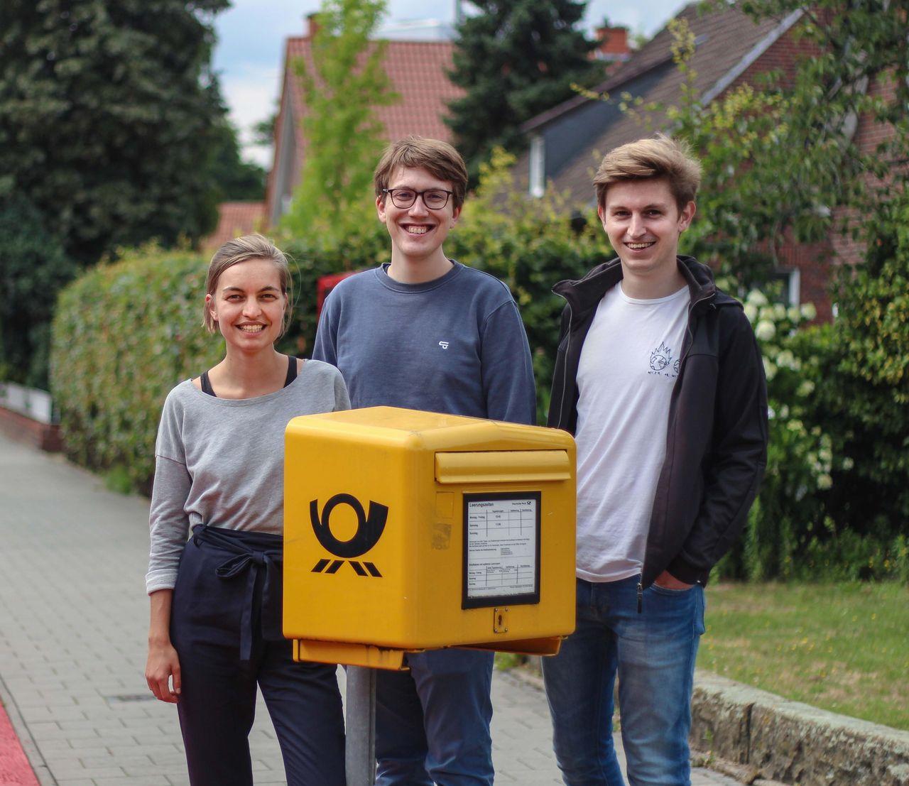 Jule Heinz-Fischer, Albert Wenzel und Leon Herbstmann hinter einem Briefkasten