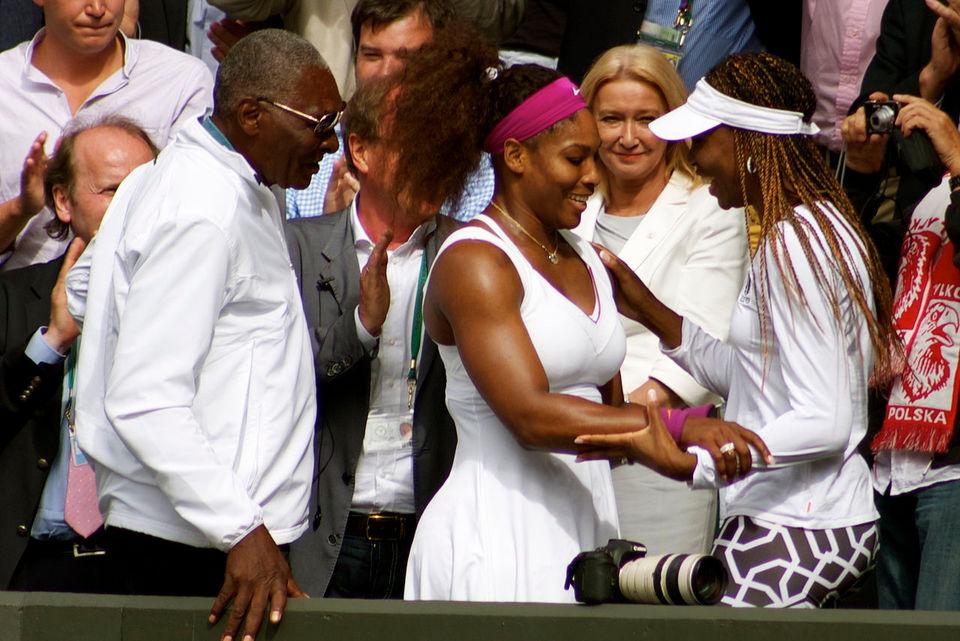 Richard Williams et ses filles, Serena et Venus. par Paulobrad - Wikipédia CC BY-SA 4.0<br>
