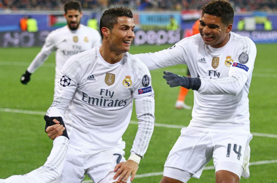 Cristiano Ronaldo (au centre) par Asad Meah - Flickr (Domaine Public)<br>