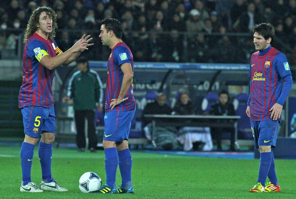 Puyol, Xavi et Messi par Christopher Johnson de Tokyo (Japan) - Wikimédia Commons CC BY-SA 2.0