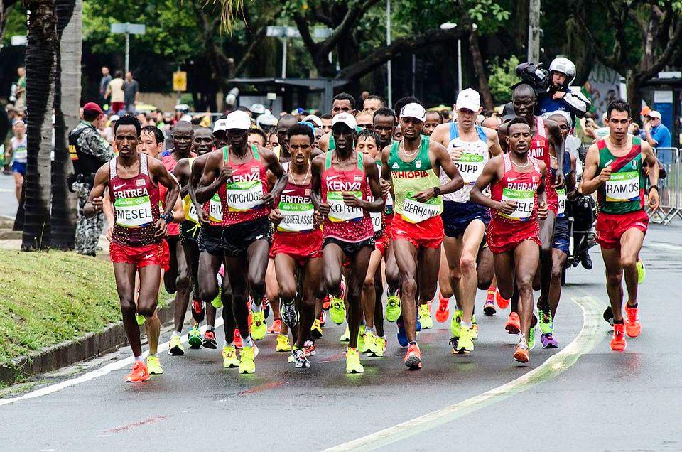 Marathon masculin des Jeux olympiques de 2016 par Pedro Perim – Wikimédia Commons CC BY-SA 4.0