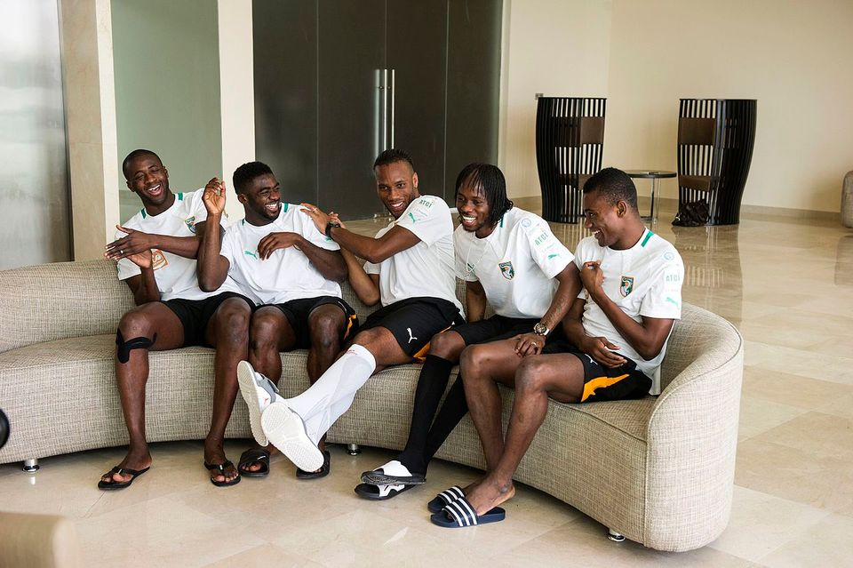 (De la gauche vers la droite) Yaya Touré, Kolo Touré, Drogba, Gervinho et Salomon Kalou par Naim Chidiac – Wikimédia Commons CC BY 3.0