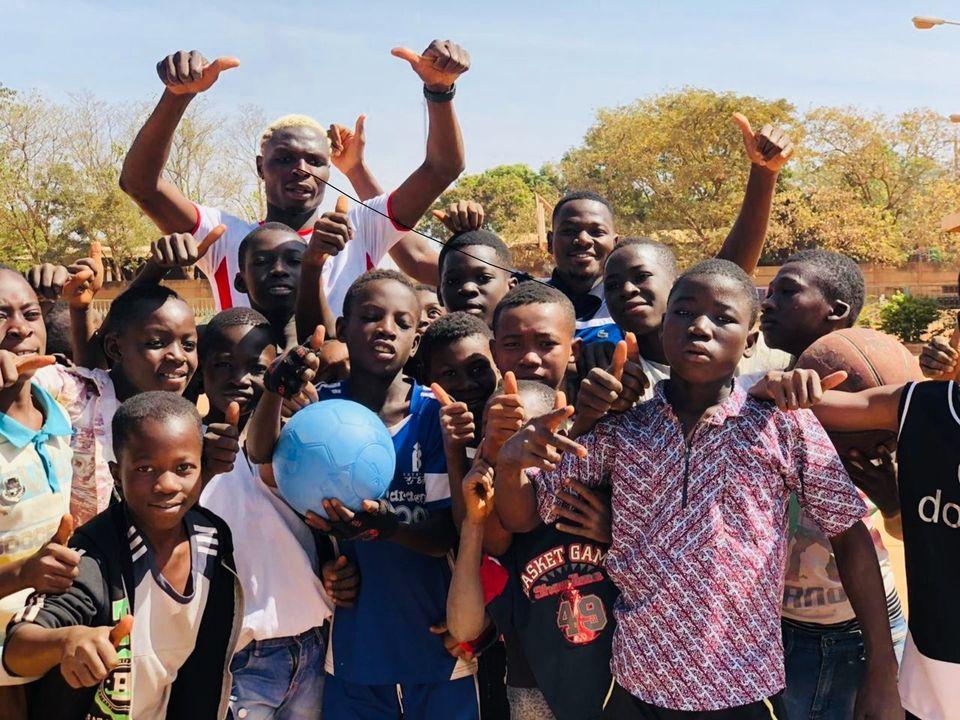 Aristide Bance et des enfants parU.S.EmbassyBF - Iwaria
