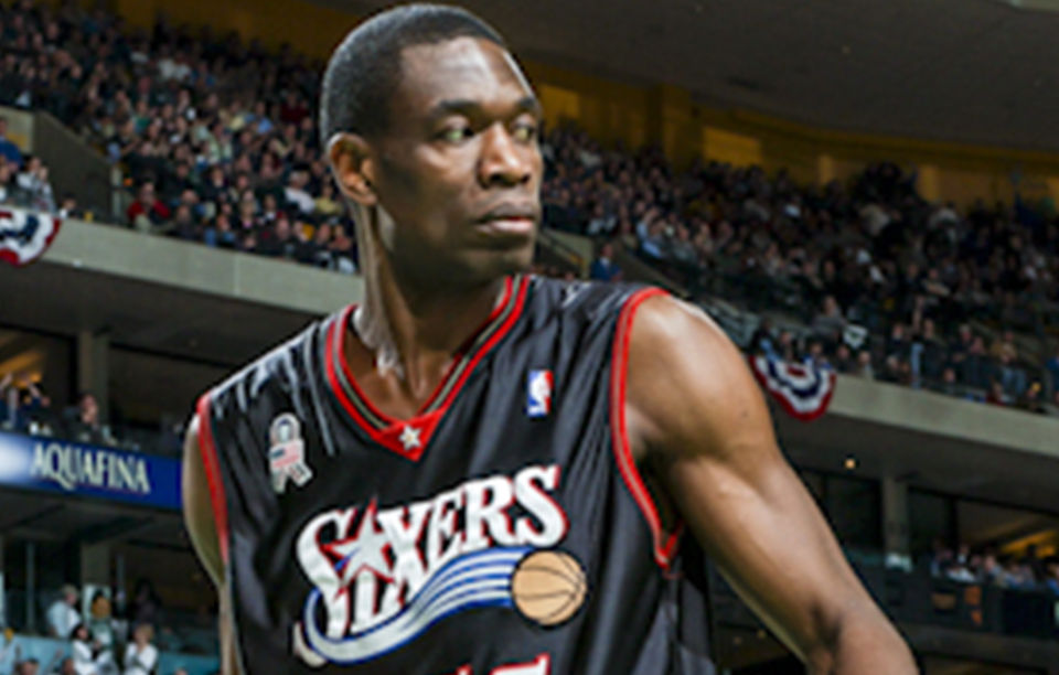 Dikembe Mutombo parCavic = Steve Lipofsky (Image Rognée) - WikipédiaCC BY-SA 2.0