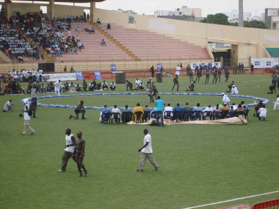 Image de lutte sénégalaise à Dakar, au stade Demba Diop par  KaBa (KaaBaa) - Wikimédia Commons CC BY 3.0