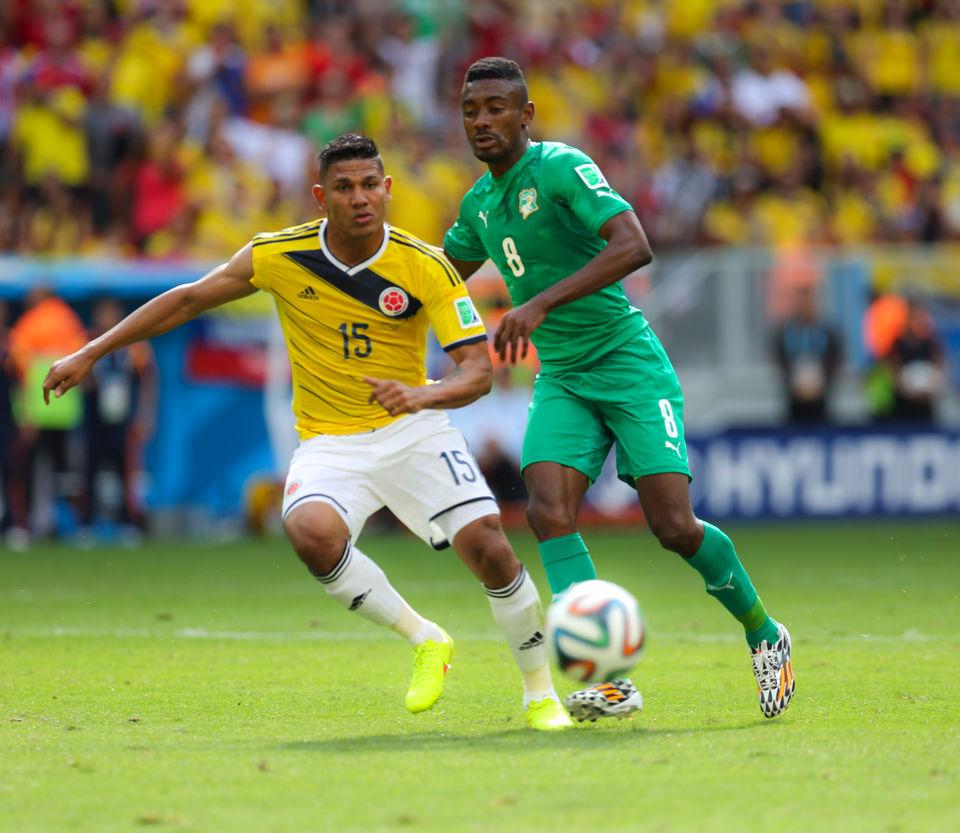 Salomon Kalou contre la Colombie (jaune) en 2014 par  Danilo Borges/copa2014.gov.brLicença Creative Commons Atribuição 3.0 Brasil - Wikimédia Commons