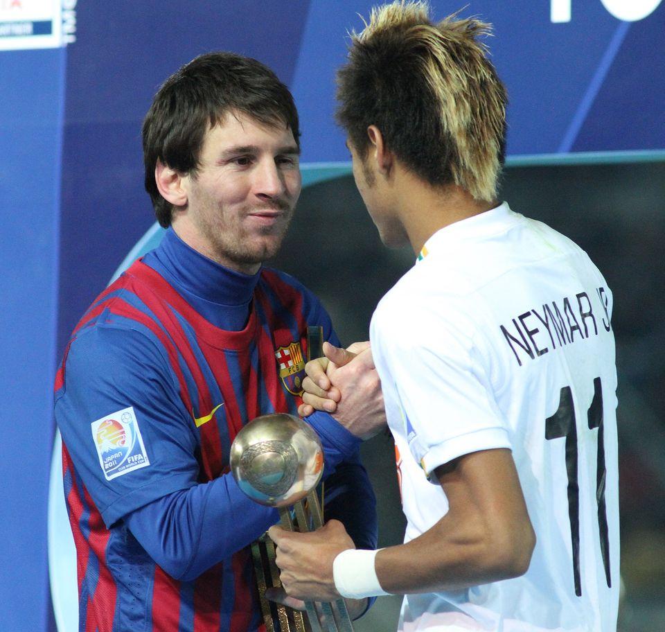 Messi et Neymar parChristopher Johnsonde Tokyo, Japon- Wikimédia Commons CC BY SA 2.0