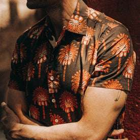 fit model wearing The Short Sleeve Hawthorne in Mirage Palm, chest shot