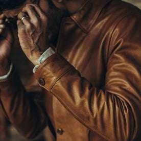fit model wearing The Cuyama Jacket in Cognac, sleeve detail