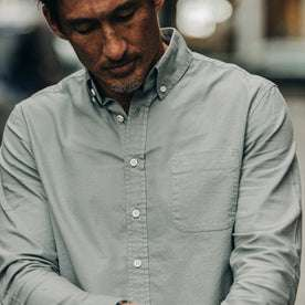 fit model wearing The Jack in Bay Mist Oxford, chest shot cropped