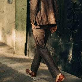 fit model wearing The Sheffield trouser in Cocoa Linen, back shot