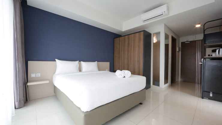 BEDROOM Spacious and Modern Studio at Green Kosambi Apartment near Braga By Travelio