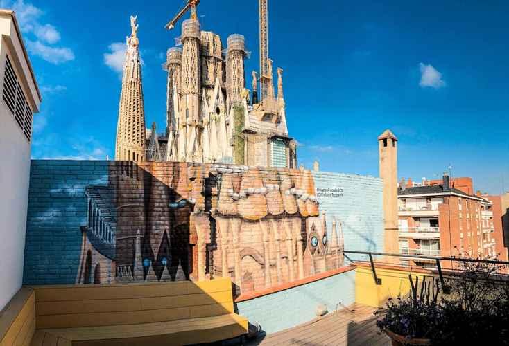 Featured Image Happy People Sagrada Familia Gaudi