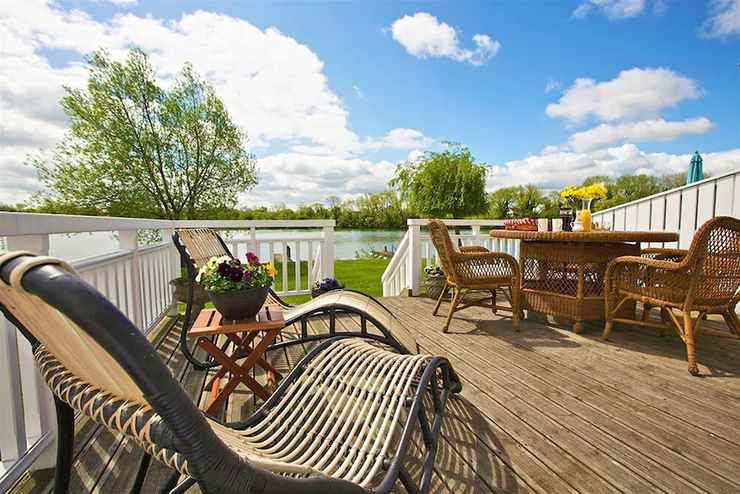 COMMON_SPACE Stylish New England lakeside retreat in the Cotswold Water Park