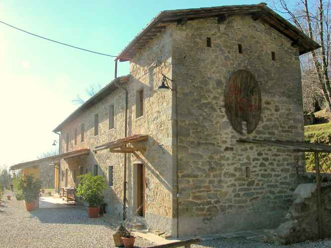 EXTERIOR_BUILDING Vintage Cottage in Pescia With Jacuzzi