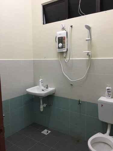 bathroom Dyzas Beachtown Homestay