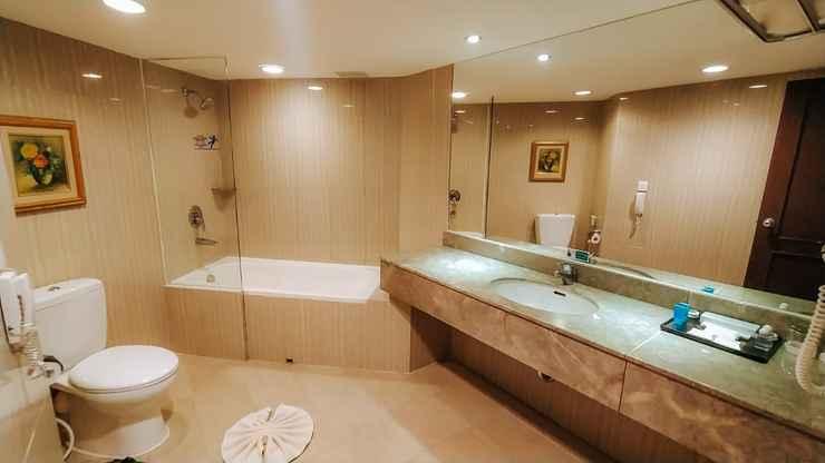 BATHROOM Kyriad Bumiminang Hotel Padang