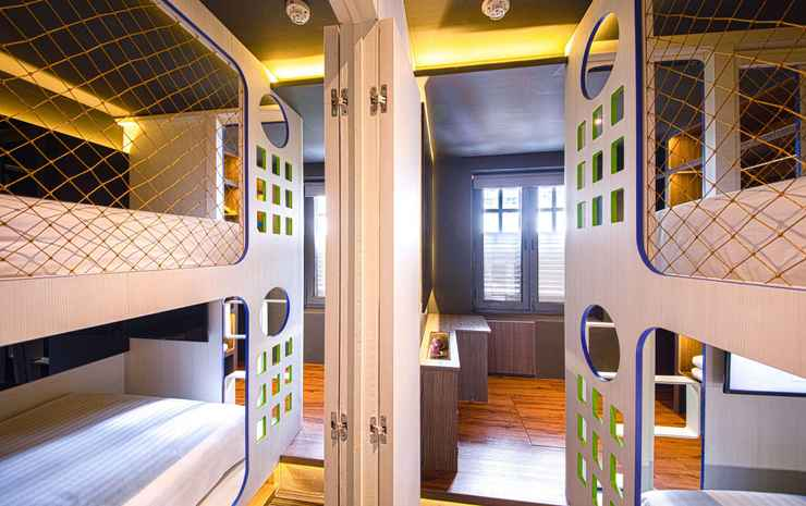 CUBE Family Boutique Capsule Hotel @ Chinatown Singapore - Deluxe Family Suite for 8 adults with Private Bathroom