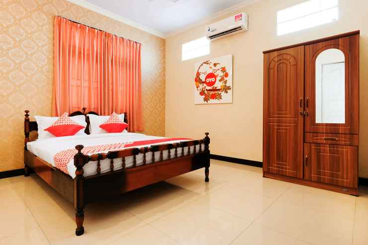 BEDROOM OYO 338 Guest House Omah Manahan