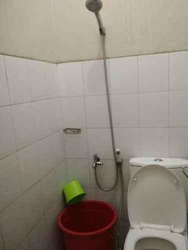 BATHROOM Cozy Room at Penginapan Dynasty