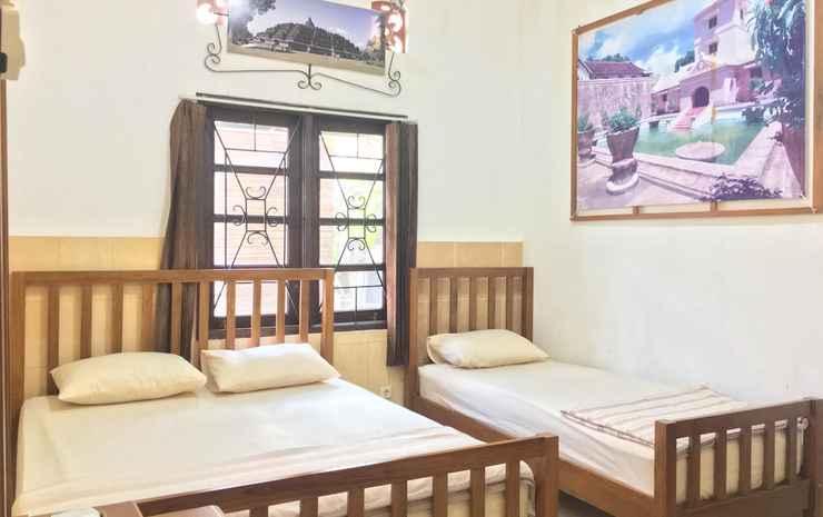 Classic Room at Guesthouse Kembang Deso Yogyakarta - Standard Triple Room