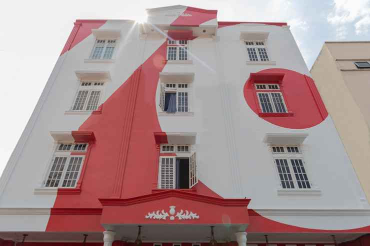 EXTERIOR_BUILDING OYO 1111 Passer Baroe Inn Near RS Siloam Pasar Baru