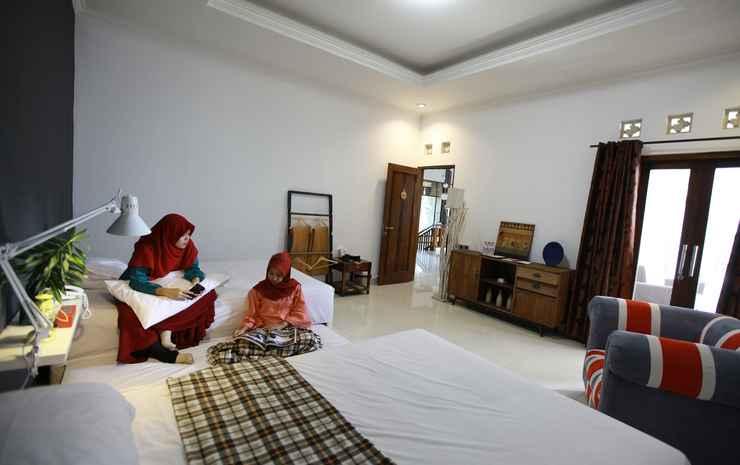 Spacious Room at Limbersa Homestay & Resto Yogyakarta - Capucino with Shared Bathroom