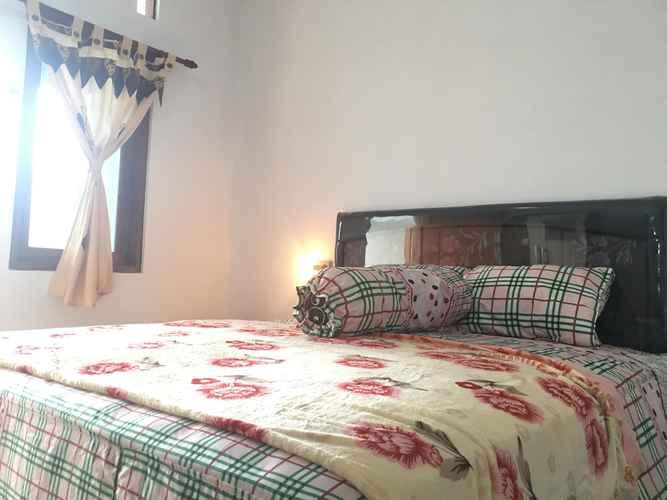BEDROOM Spacious Room at Guesthouse Griya Kebun Raya
