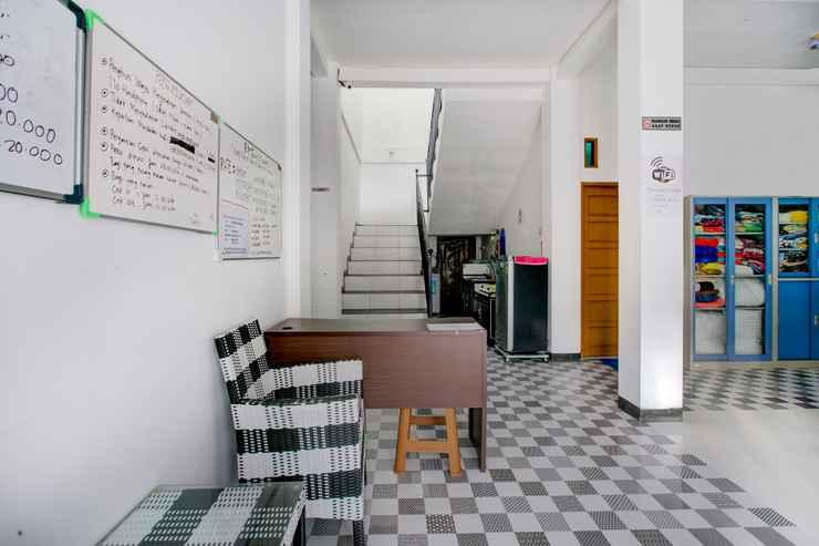 LOBBY OYO 3748 Rn Syariah Guest House