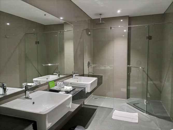 BATHROOM Braling Grand Hotel by Azana Purbalingga
