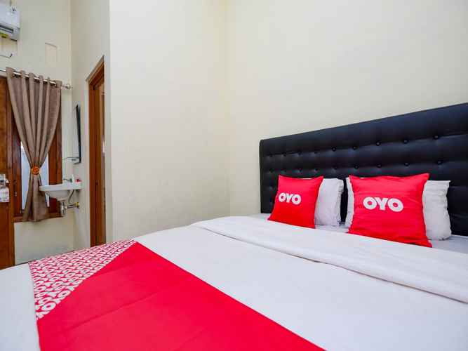 BEDROOM OYO 2258 Santana Syariah Guest House